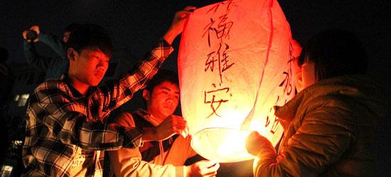 山東聊城大學的學生們為四川雅安地震災區同胞放孔明燈祈福