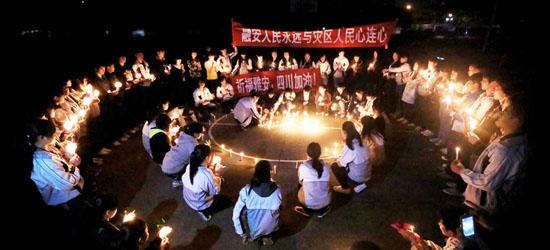 廣西柳州市融安縣第二高中校園,學生們點燃蠟燭為四川雅安地震災區同胞祈福加油,為逝者默哀