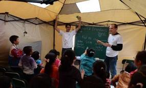 外國留學生帳篷內給學生上英語課