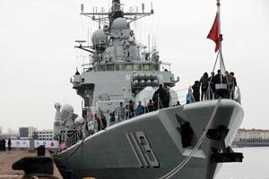 """中国海军""""青岛舰""""对外开放 市民登舰参观"""
