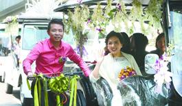 牛津畢業生用電瓶車和60輛自行車迎娶新娘(圖)