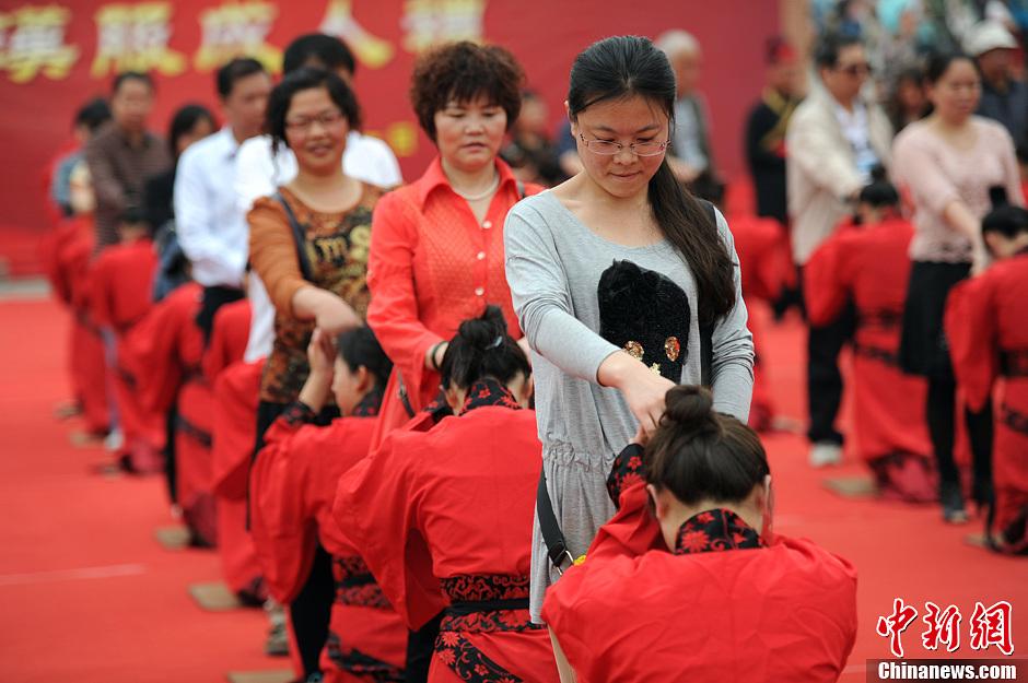 古代成人禮現西安 穿漢服向父母跪拜