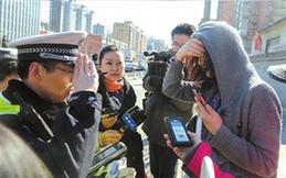 4月11日,一名闖紅燈的女子接受交警教育。