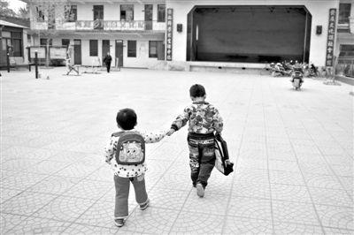 5月3日,河北平山縣兩河村,兩河中心幼兒園,哥哥領著妹妹到幼兒園準備上課。A18-A19版攝影/新京報記者 侯少卿