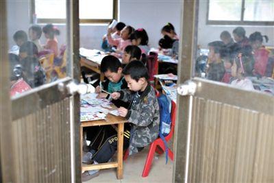 5月3日,兩河中心幼兒園,大班的孩子們在上課。