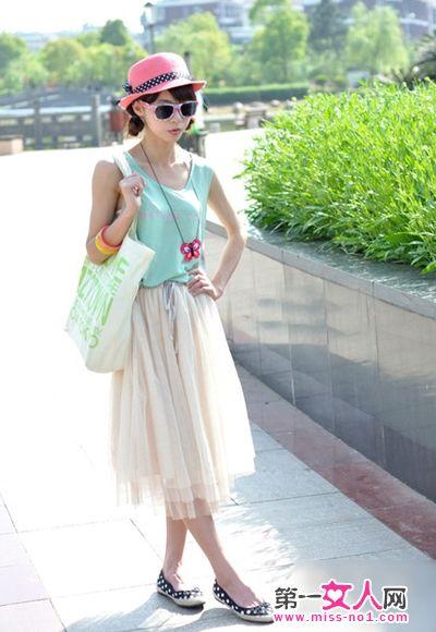 搭配 欧根/小清新的薄荷色背心很是俏皮可爱,搭配上白色欧根纱的半身长裙...