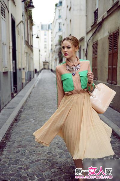 设计 搭配 高又显/裸色的雪纺衬衫很是优雅大方,撞色的设计很是时髦,搭配上橘裸...