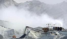 在巨大的石棉尾礦中,當地石棉礦生産企業正在露天環境堆積生産中剩下的礦渣。劉新 攝
