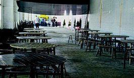 5月12日,瀏陽淮川街道氮肥廠,一個早已廢棄的廠房成了臨時的治喪點,樂隊、餐飲等服務也一應俱全。(圖:紅網)