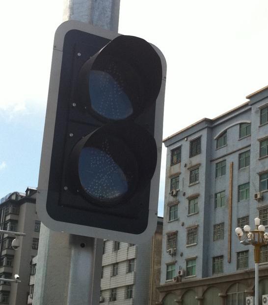 照明管理处一辆违章车辆,该处红绿灯才遭到报复性拉闸-红绿灯事件图片