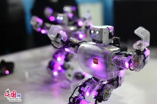 """2013年5月22日,北京国际展览中心,舞蹈机器人大跳""""江南style""""。"""