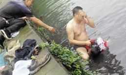 網友貼出民警張光聰一齣河水就睜不開眼,用手抹去臉上臟水的照片。
