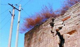在興旺山村,大大小小的裂縫隨處可見。