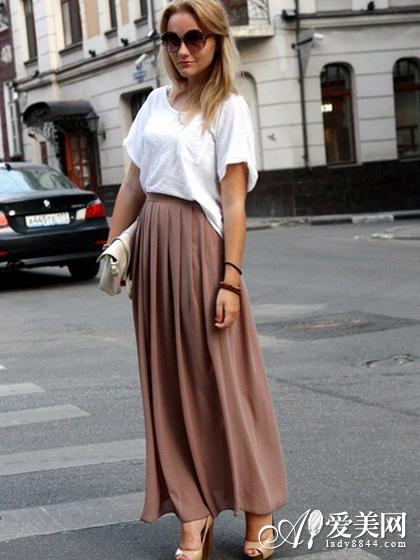 清新/搭配tips:白色T恤+裸色长裙