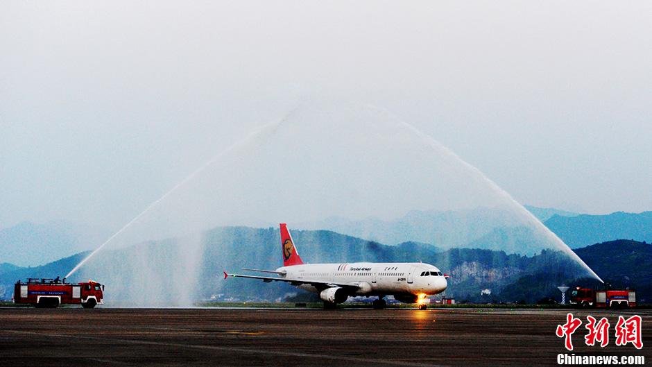 台湾航空公司首航张家界 荷花机场开'水门'迎接