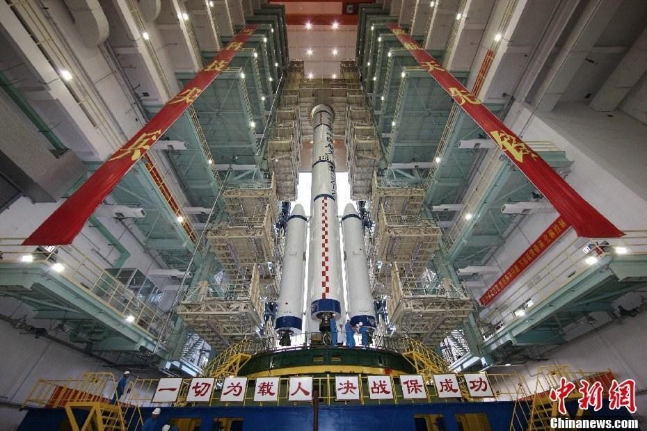 """3日上午,飛船與運載火箭的組合體從發射中心載人航太發射場技術區垂直轉運至發射區,進入發射""""倒計時""""。中新社發 黃增光 攝"""