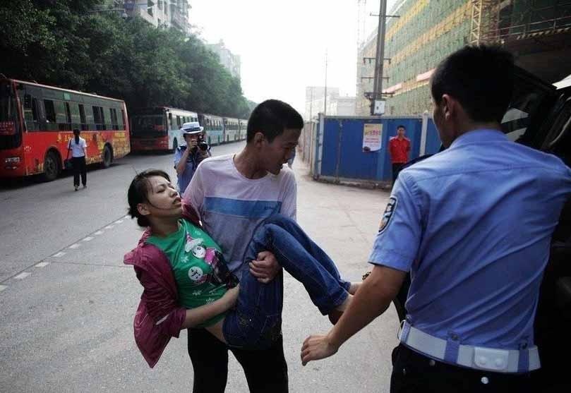 同场男生抱起送医 视频中国