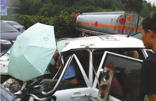 四川一警車與油罐車相撞 一名女子當場死亡