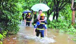 昨日,沙坪坝大学城,消防队员将被积水困住的市民背到安全地带。
