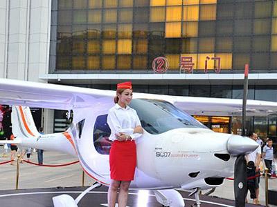 私人飛機與'空姐'空降福州吸人眼球