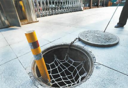 北京千个井口安装反光警示杆 井盖移位将自动弹起