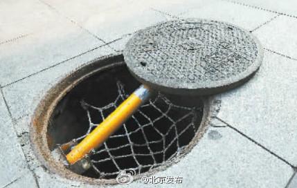 北京千個井口安裝反光警示桿 井蓋移位將自動彈起