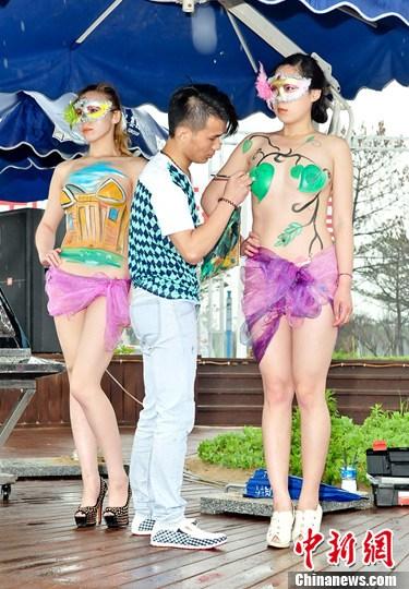 山东威海举办采贝艺术节 人体彩绘表演助阵
