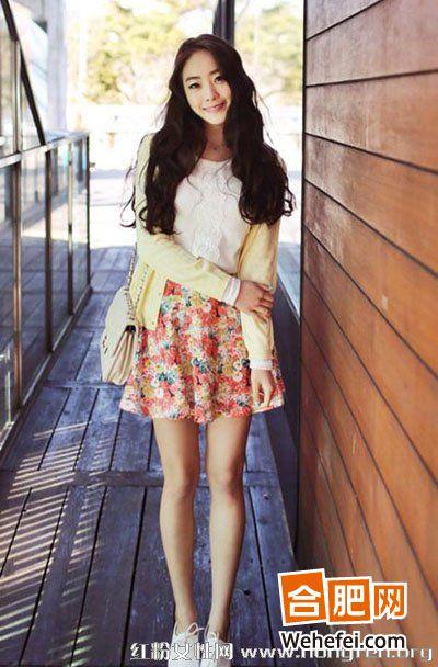 韩国美女街拍:雪纺衫+印花短裙清纯甜美feel