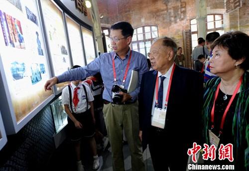 严复曾外孙观看'船政对台湾近现代化影响'专题展