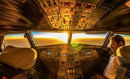 迪拜飞行员万米高空拍机舱内景