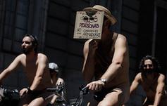 西班牙举办裸骑活动 身体力行减排环保