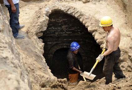 山西太原闹市路段改造现不明洞穴