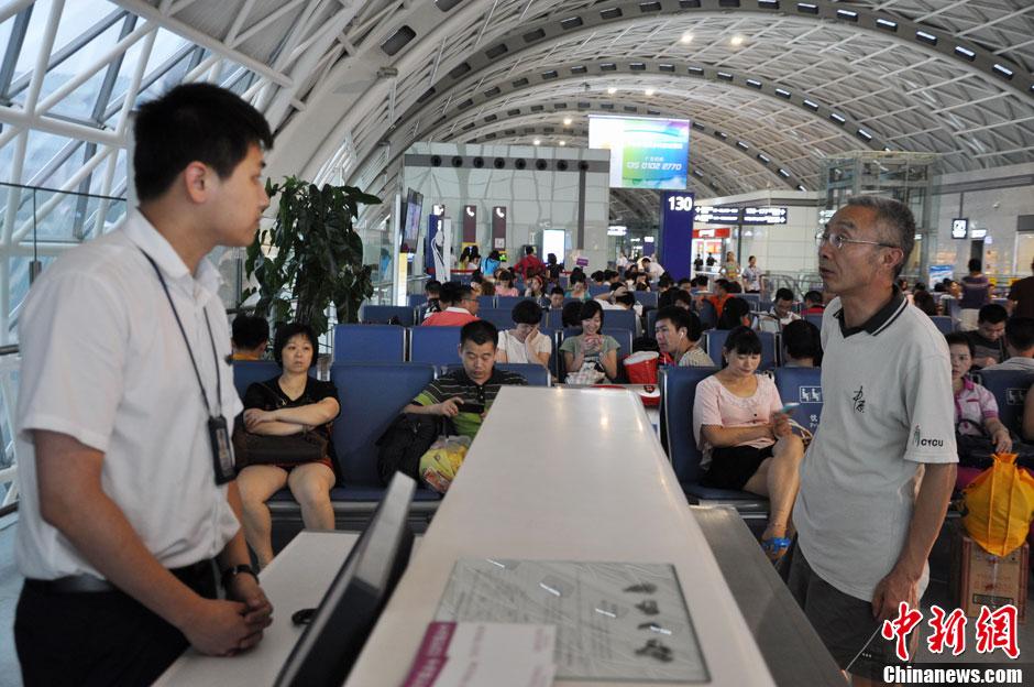 成都双流机场遭雷阵雨突袭 致航班大面积延误