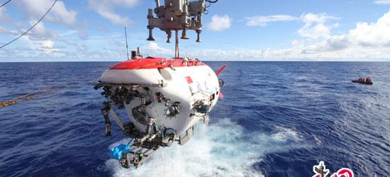 """""""蛟龙""""号完成7000米级海试第一潜出水瞬间"""
