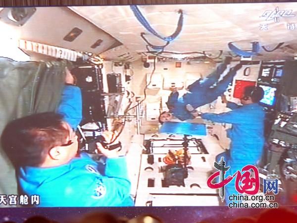 太空失重下懸浮飛翔表演 中國網 寇萊昂