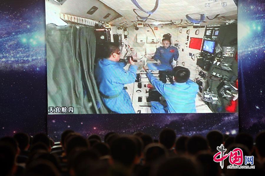 6月20日上午,神舟十號航太員進行首次太空授課。三位宇航員配合完成授課。中國網記者 楊佳攝影