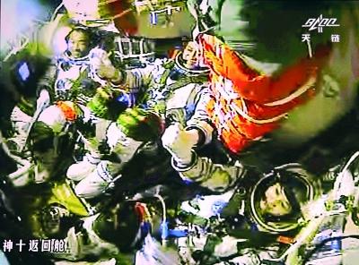 圖為3位航太員手拉手慶祝成功。 張曉祺攝