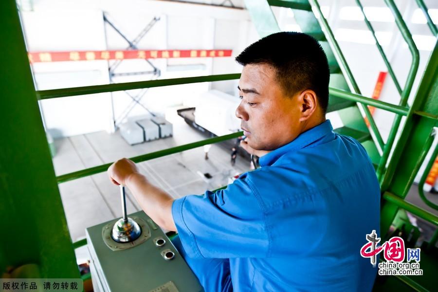 石創峰在操作吊車。中國網記者 鄭亮 攝影