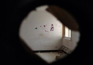 門打開後,一股異味撲面而來。在沒有窗戶的臥室裏,李氏姐妹的幼小屍體已經風乾。