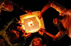 南非民众放飞灯笼 为曼德拉祈福