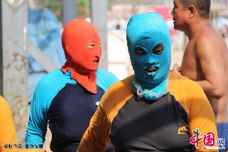 穿着脸基尼的泳客在青岛第一海水浴场消暑休闲。中国网图片库/黄杰显 摄