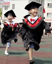 幼儿园也疯狂 小朋友的特色毕业礼
