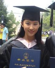曝刘亦菲毕业照 穿学士服初现'女神范'