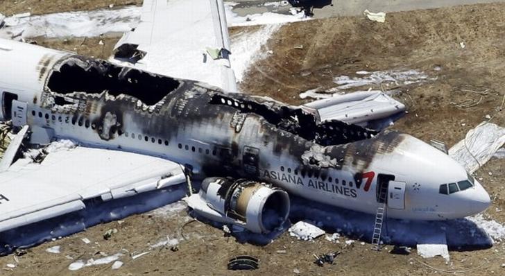 美国联邦安全部门官员称,根据来自韩亚航空编号214客机的机舱录音记录显示,肇事客机在失事撞毁前1.5秒,曾试图放弃降落,转而再作另一次着陆尝试。国家运输安全委员会主席郝斯曼在周日的新闻会上称,录音记录又显示,机师在客机撞击前7秒曾想提升航速;客机在接近跑道时,航速明显低于目标速度,在撞击地面前数秒,油门曾启动。