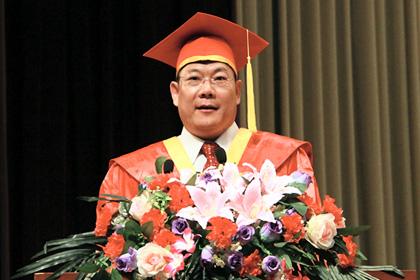 毕业季最in校长 广外校长钟伟合演讲《致青春》