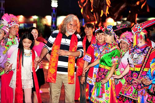 张纪中走进凤县,与凤县人民跳起欢快的羌族舞蹈