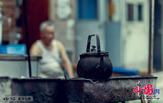 2013年7月14日,青岛。博山路天德塘浴池门前的烧烤摊。中国网图片库 王海滨摄影