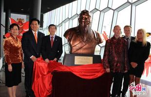 嘉宾们为山东赠送的孔子像揭幕