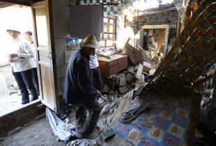 甘肃定西地震灾区:村民抢救废墟中物资