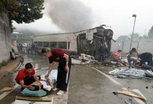 西班牙发生列车脱轨事故(高清组图)